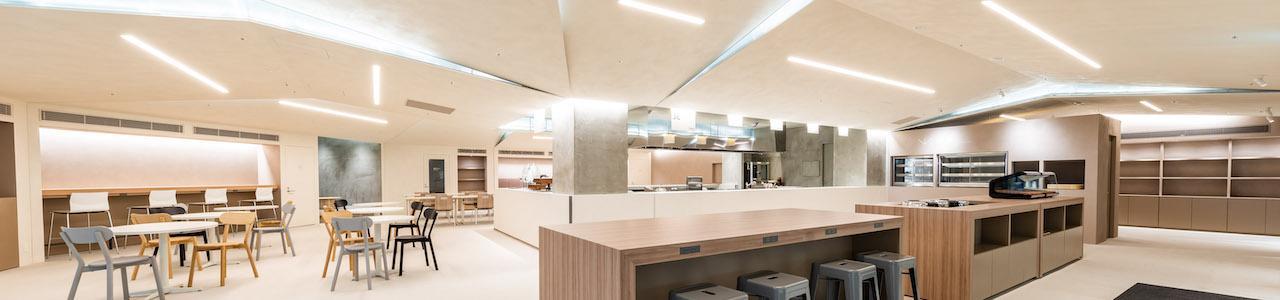 新しさと温もりが共存する多目的空間を。 地域に寄り添う社員食堂が誕生